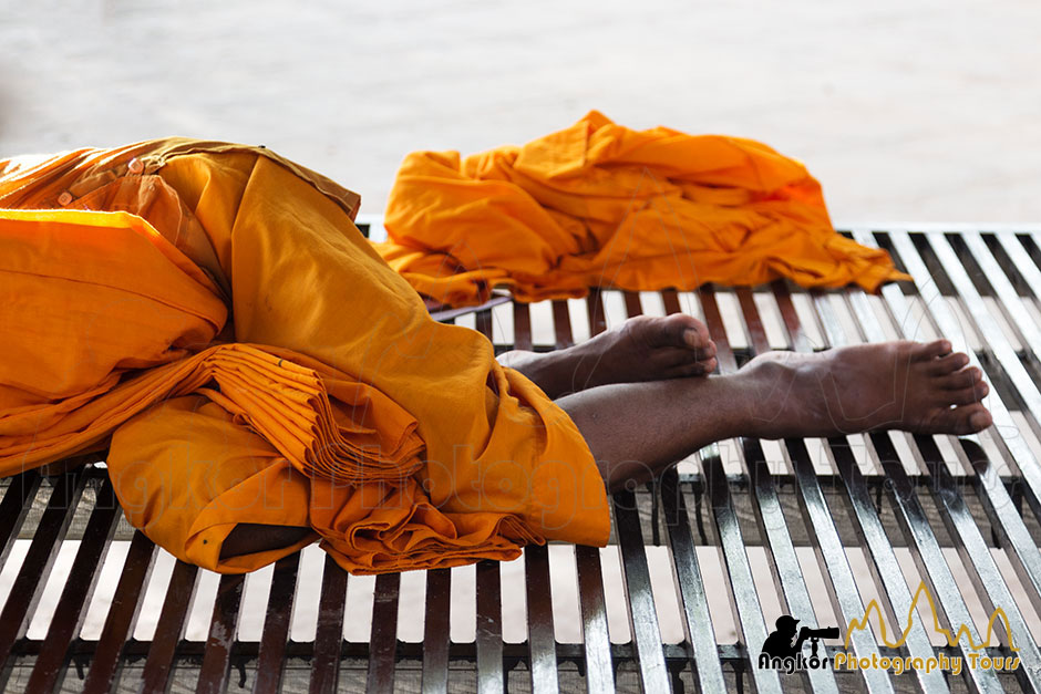 monk resting angkor photography tours