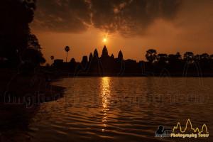 angkor wat temple sunrise central toer aligned reflection